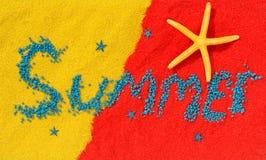 """Word """"été """"est présenté des pierres bleues sur le sable de couleur images stock"""