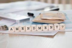 Word AMENDEMENT uit houten brieven wordt samengesteld die stock foto's