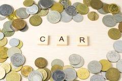 Word AUTO op houten kubus met muntstukkenkader bij houten achtergrond Het concept van financiën royalty-vrije stock afbeeldingen