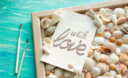 Word avec AMOUR s'est chargé de la lettre sur le fond en bois Configuration plate, vue supérieure Concept de Saint Valentin Photos libres de droits