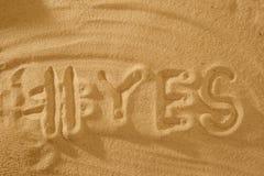 Word avec le hashtag oui dans le sable contre le soleil de mer symbole de concept des vacances photos stock