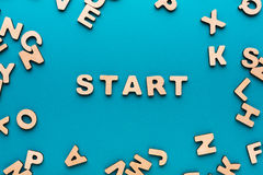 Word Begin op blauwe achtergrond Royalty-vrije Stock Foto