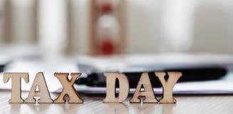 Word BELASTINGSdag uit houten brieven wordt samengesteld die close-up royalty-vrije stock afbeeldingen