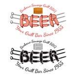 Word bier van worsten die op drie spitten met houten hierboven vat roosteren Royalty-vrije Stock Afbeeldingen