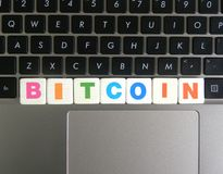 Word Bitcoin sur le fond de clavier Photos libres de droits
