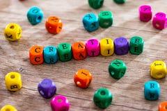 Word ` creatieve ` van de gekleurde houten kubussen stock foto's