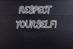 Word ?crivant le respect des textes vous-m?me Concept d'affaires pour croire que vous bon et digne être bien traité en bois photographie stock