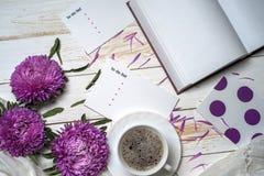Word détendent avec la tasse de café et de fleurs roses Images stock