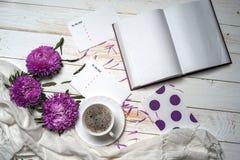 Word détendent avec la tasse de café et de fleurs roses Image libre de droits