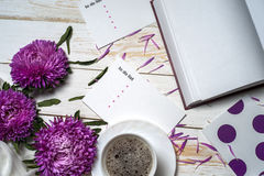 Word détendent avec la tasse de café et de fleurs roses Photo libre de droits
