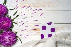 Word détendent avec la tasse de café et de fleurs roses Photos libres de droits
