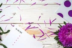 Word détendent avec la tasse de café et de fleurs roses Photographie stock