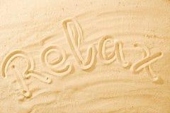 Word détendent sur la plage de sable images libres de droits