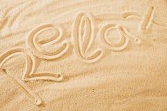 Word détendent sur la plage de sable photo stock