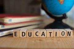 Word d'ÉDUCATION a orthographié avec les blocs en bois colorés d'alphabet Image stock