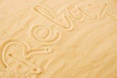 Word d?tendent sur la plage de sable image libre de droits