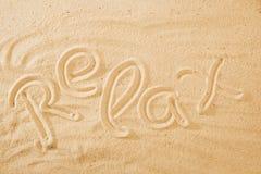 Word d?tendent sur la plage de sable images stock