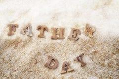Word de fête des pères en bois sur le bois sur l'idée de fond de plage Photo stock
