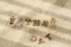 Word de fête des pères en bois sur le bois sur l'idée de fond de plage Images libres de droits