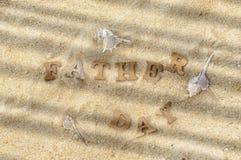 Word de fête des pères en bois sur le bois sur l'idée de fond de plage Photo libre de droits
