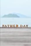 Word de fête des pères en bois sur le bois sur l'idée de fond de vue de mer Image stock