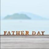 Word de fête des pères en bois sur le bois sur l'idée de fond de vue de mer Photographie stock