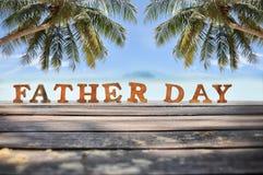 Word de fête des pères en bois sur le fond de vue de planche et de mer Image stock