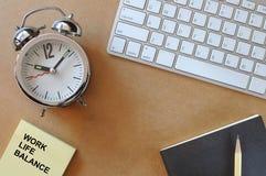 Word de l'équilibre de la vie de travail sur la note collante sur le bureau fonctionnant Photos libres de droits