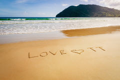 Word de Liefde TT Trinidad en Tobago op het strand wordt geschreven schuurt in Maracas-Baaistrand dat Stock Afbeeldingen