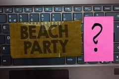 Word de schrijvende Partij van het tekststrand Het bedrijfsconcept voor klein of groot festival hield op overzeese kusten die gew stock foto's