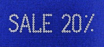 Word de VERKOOP wordt gemaakt de kleur tot van het bergkristallenkristal op blauwe canvasbac Royalty-vrije Stock Afbeelding