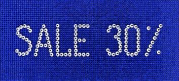 Word de VERKOOP wordt gemaakt de kleur tot van het bergkristallenkristal op blauwe canvasbac Royalty-vrije Stock Fotografie