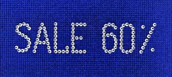 Word de VERKOOP wordt gemaakt de kleur tot van het bergkristallenkristal op blauwe canvasbac Stock Fotografie
