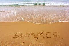 Word de zomer op strandzand dat wordt geschreven Royalty-vrije Stock Afbeelding