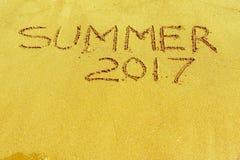 Word de zomer van 2017 wordt geschreven op een zandige oppervlakte Stock Afbeeldingen