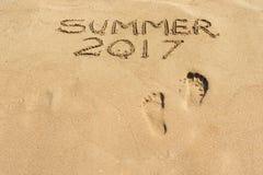 Word de zomer van 2017 wordt geschreven op een zandige oppervlakte Royalty-vrije Stock Fotografie