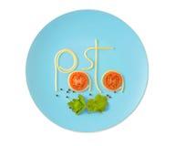 Word deegwaren van gekookte die spaghetti op de plaat worden op wit wordt geïsoleerd gemaakt dat Stock Afbeeldingen