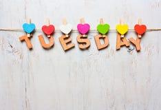 Word Dinsdag van houten brieven op een witte houten achtergrond Royalty-vrije Stock Fotografie