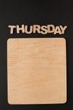 Word Donderdag met lege houten raad Stock Foto