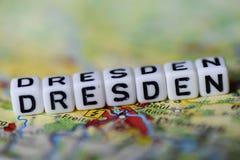 Word DRESDE a formé par des blocs d'alphabet sur la carte d'atlas Photos libres de droits