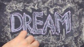 Word droom, met krijt op bord wordt geschreven dat stock video