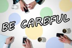 Word fasse attention avec des mains utilisant des smartphones photographie stock