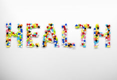 Word gezondheid van kleurrijke pillen en capsules op witte backgro wordt gemaakt die Royalty-vrije Stock Afbeelding