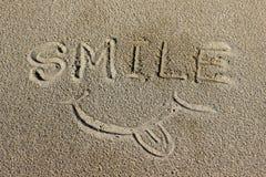 Word Glimlach op het zand Stock Afbeelding