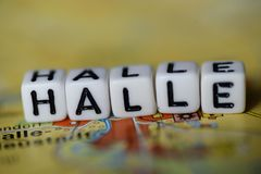 Word HALLE a formé par des blocs d'alphabet sur la carte d'atlas Image stock
