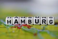 Word HAMBOURG a formé par des blocs d'alphabet sur la carte d'atlas Images stock
