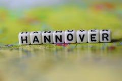 Word HANOVRE a formé par des blocs d'alphabet sur la carte d'atlas Images libres de droits