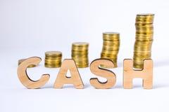 Word het contante geld van driedimensionele brieven is in voorgrond met de groeikolommen van muntstukken op vage achtergrond Cont stock foto