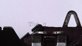 Word het eind van een boek door een retro schrijfmachine wordt gedrukt die Sluit omhoog stock footage