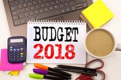 Word het schrijven Begroting 2018 in het bureau met omgeving zoals laptop, teller, pen, kantoorbehoeften, koffie Bedrijfsconcept  Royalty-vrije Stock Fotografie